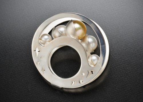 宇和島真珠販売業組合長賞  小島春奈「月の流れ」