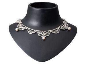 授業名:進級制作/2年次 作品名:Delicate with collar