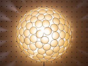 授業名:照明デザイン/3年次 作品名: Paper cups lighting(紙コップを使った照明)
