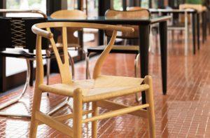 有名なデザイナーズチェア╱あこがれの椅子でリラックス。ランチタイムにも利用できます。