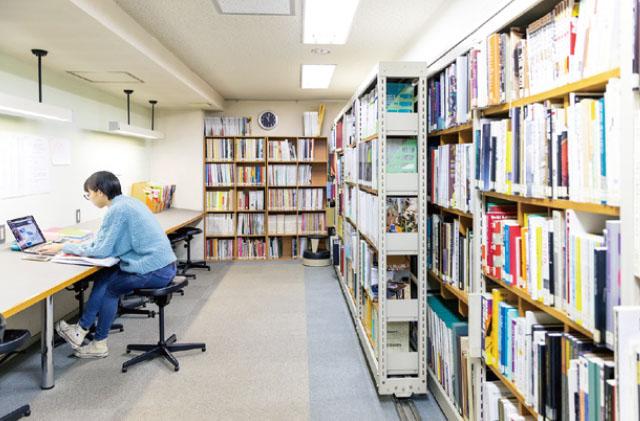 ライブラリー:各科に必要な専門書や各種デザイン雑誌が揃っています。
