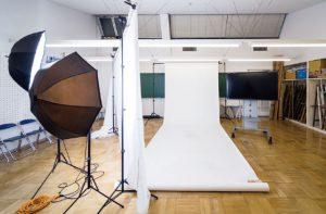多目的教室(スタジオ):広々としたスペースで、写真撮影の授業などに利用します。