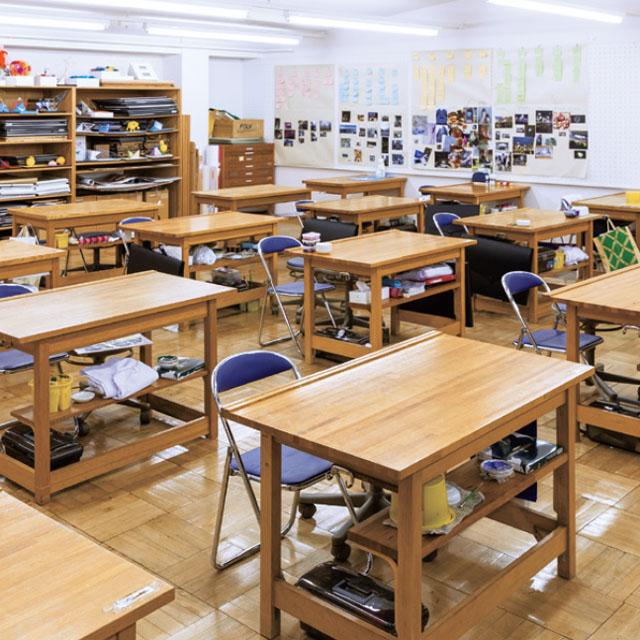 教室╱大型の作業机で授業や制作をします