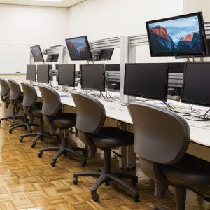 コンピュータ教室╱各自のノートパソコンを大画面。モニターに接続し、作業できます。